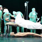 Die Dramatischen Vier als Schönheitschirurgen und ihr Patient Klaus Bach waren ein Highlight des Narrenspiegels der Poppele-Zunft.